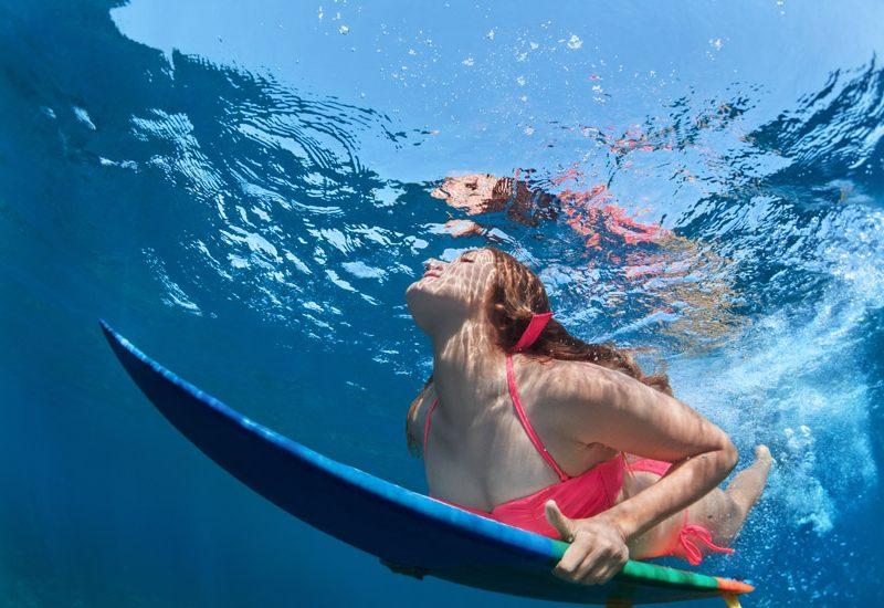 Pescoço de Surfista: remar deitado com o peito levantado pode provocar dores agudas | Foto: Shutterstock